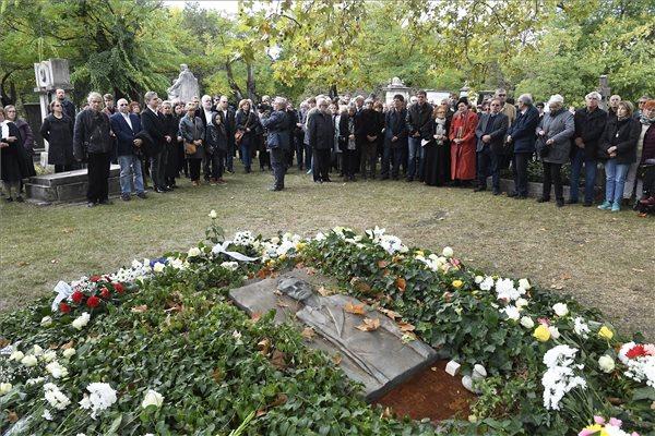Résztvevők megemlékeznek Rajk László, a szeptember 11-én elhunyt Kossuth-díjas építész, díszlet- és látványtervező sírjánál 2019. október 6-án a Fiumei úti Sírkertben. A demokratikus ellenzék egykori tagja, volt SZDSZ-es politikus 70 évesen hunyt el. MTI/Koszticsák Szilárd