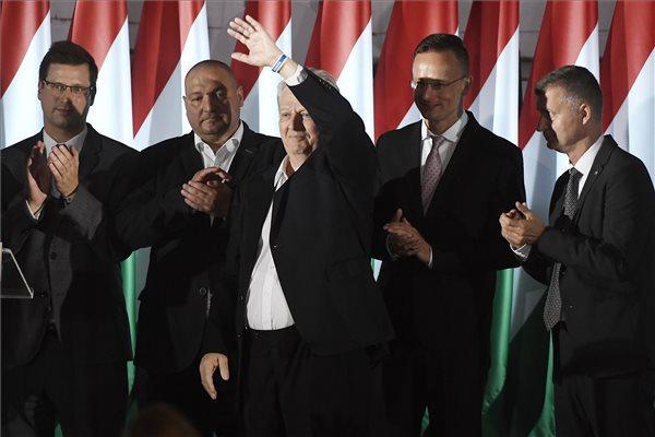 Tarlós István, a Fidesz-KDNP főpolgármester-jelöltje, leköszönő főpolgármester (elöl k) a párt eredményváró rendezvényén az önkormányzati választáson a Bálna Budapest központban 2019. október 13-án. Mögötte Gulyás Gergely, a Miniszterelnökséget vezető miniszter, Németh Szilárd alelnök, Szijjártó Péter külgazdasági és külügyminiszter és Kubatov Gábor pártigazgató, alelnök. MTI/Koszticsák Szilárd
