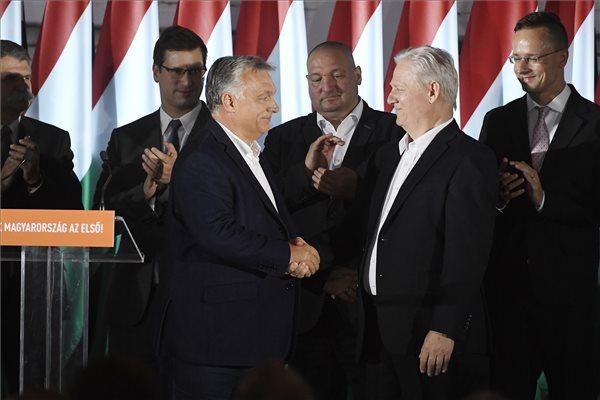 Orbán Viktor miniszterelnök, a Fidesz elnöke (b3) és Tarlós István, a Fidesz-KDNP főpolgármester-jelöltje, leköszönő főpolgármester (j2) kezet fog a párt eredményváró rendezvényén az önkormányzati választáson a Bálna Budapest központban 2019. október 13-án. Mögöttük Kövér László, az Országgyűlés elnöke, Gulyás Gergely, a Miniszterelnökséget vezető miniszter, Németh Szilárd alelnök és Szijjártó Péter külgazdasági és külügyminiszter (b-j). MTI/Koszticsák Szilárd