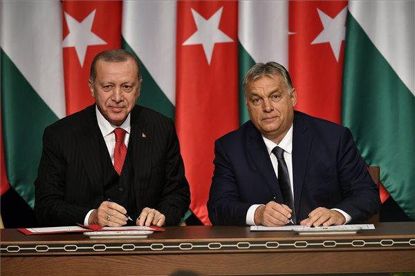 Recep Tayyip Erdogan török elnök (b) és Orbán Viktor miniszterelnök Budapesten, a Várkert Bazárban tartott sajtótájékoztatón 2019. november 7-én. MTI/Szigetváry Zsolt