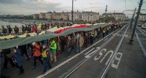 Résztvevők a Budapest blokádja, Erdogan látogatása ellen címmel meghirdetett demonstráción Budapesten, a Margit hídon 2019. november 7-én. MTI/Balogh Zoltán
