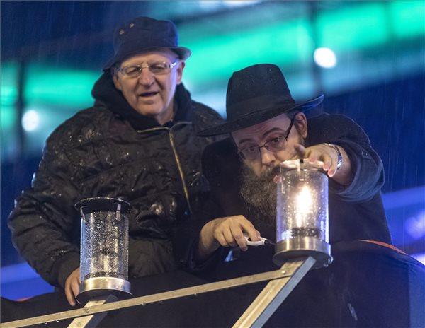 Oberlander Báruch, a Budapesti Ortodox Rabbinátus és a Chabad-Lubavics irányzat magyarországi vezetője (j) és Tóth József, a XIII. kerület polgármestere meggyújtja az első hanukagyertyát a nyolcnapos zsidó vallási ünnep, a hanuka előestéjén a Nyugati téren, Budapesten 2019. december 22-én. MTI/Szigetváry Zsolt