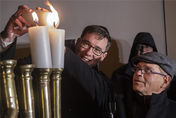 Karácsony Gergely főpolgármester (b) és Jákov Hadasz-Handelszman kijelölt izraeli nagykövet meggyújtja a második hanukagyertyát a nyolcnapos zsidó vallási ünnep, a hanuka második estéjén, a Budavári Önkormányzat és a Mazsihisz ünnepségén, a hanukián, a kilencágú gyertyatartón a budai Várban, az eltemetett zsinagóga emléktáblájánál 2019. december 23-án. MTI/Szigetváry Zsolt