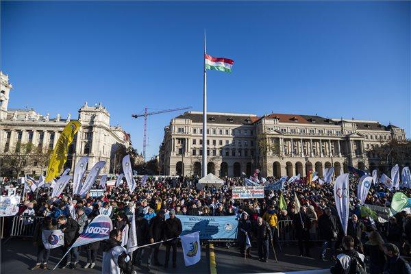 A Pedagógusok Szakszervezete (PSZ) országos pedagógusdemonstrációja Budapesten, a Kossuth téren 2019. november 30-án. MTI/Mónus Márton