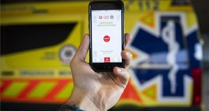 A mentők munkáját segítő ÉletMentő elnevezésű applikáció egy okostelefonon az alkalmazás bemutatóján Budapesten, az Országos Mentőszolgálat (OMSZ) mentésirányító központjában 2020. január 23-án. MTI/Mónus Márton
