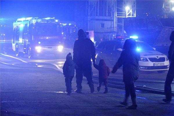 Lakók hagyják el a kigyulladt épületeket 2020. január 12-én a III. kerületi Kunigunda útján, ahol leszakadt egy nagyfeszültségű vezeték, és több egymás melletti épület kigyulladt. Egy ember áramütést szenvedett. MTI/Mihádák Zoltán