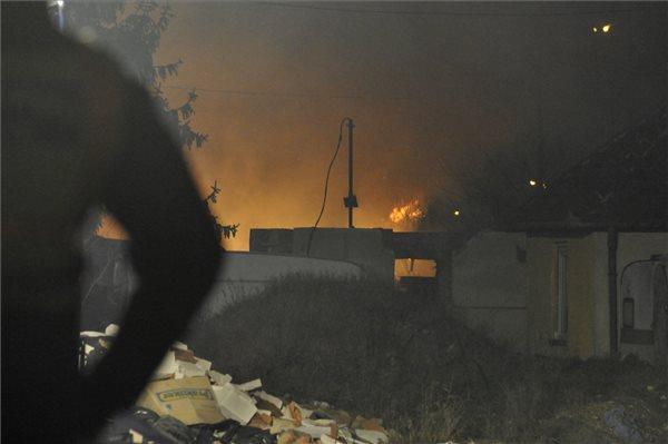 Lakóépület ég 2020. január 12-én a III. kerületi Kunigunda útján, ahol leszakadt egy nagyfeszültségű vezeték, és több egymás melletti épület kigyulladt. Egy ember áramütést szenvedett. MTI/Mihádák Zoltán