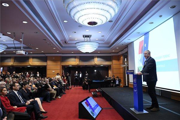 Gyurcsány Ferenc, a Demokratikus Koalíció (DK) elnöke 16. évértékelő beszédét tartja Budapesten, a Sofitel Hotelben 2020. február 9-én. Az első sorban Molnár Csaba, a DK ügyvezető alelnöke, a párt európai parlamenti képviselője (első sor , b2), Dobrev Klára, Gyurcsány Ferenc felesége, a DK európai parlamenti (EP) képviselője, az EP alelnöke (b3) és Vágó István, a DK elnökségi tagja (b5), valamint Ara-Kovács Attila, a DK elnökségi tagja, a párt EP-képviselője (második sor, b).   MTI/Kovács Tamás