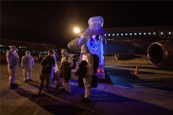 A Honvédelmi Minisztérium (HM) által közreadott képen a koronavírus-járvány sújtotta kínai Vuhanból hazatérő magyarok Budapestre érkeznek a Magyar Honvédség repülőgépével 2020. február 2-án. MTI/HM