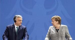 Angela Merkel német kancellár sajtónyilatkozatot tesz Orbán Viktor miniszterelnök (b) társaságában Berlinben, a kancellár hivatalában 2020. február 10-én. MTI/Szigetváry Zsolt