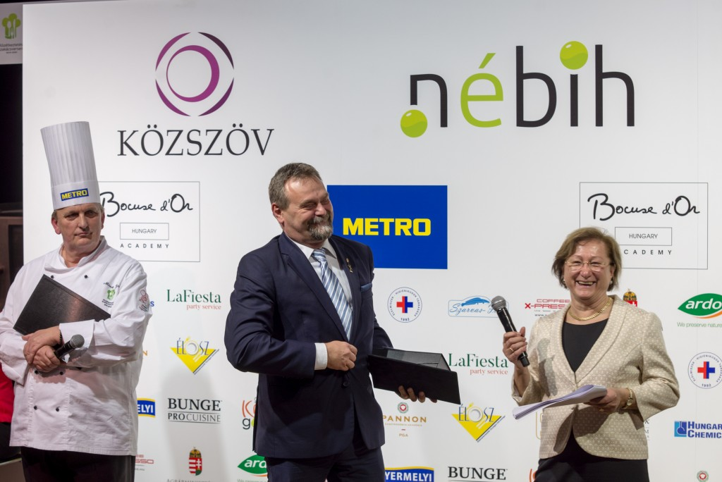 Dr. Oravecz Márton, a NÉBIH elnöke díjat ad át Fotó: Juhász Melinda