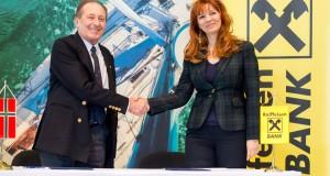 Dr. Kollár Lajos, a Magyar Vitorlás Szövetség (MVSz) elnöke és Yalcinkaya Veronika, a Raiffeisen Bank marketingigazgatója.  Fotó: Juhász Melinda
