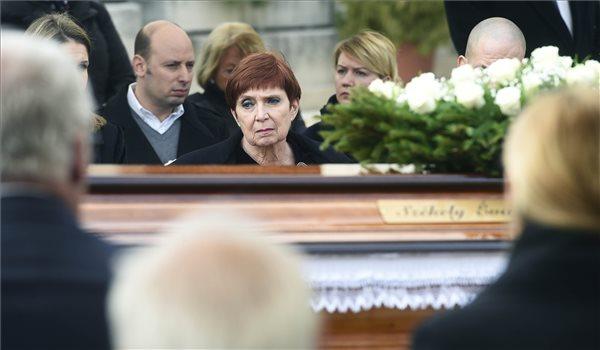 Gyarmati Andrea olimpiai ezüstérmes úszó édesanyja, Székely Éva olimpiai bajnok úszó, a Nemzet Sportolójának temetésén a Farkasréti temetőben 2020. március 11-én. Székely Éva 2020. február 29-én hunyt el 92 éves korában. MTI/Bruzák Noémi