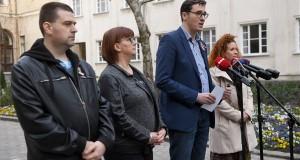 Karácsony Gergely főpolgármester (b3) sajtótájékoztatót tart a fővárosi operatív törzs rendkívüli ülése után, mellette Kiss Ambrus általános főpolgármester-helyettes (b), Gy. Németh Erzsébet humán területekért felelős főpolgármester-helyettes (b2) és Tüttő Kata városüzemeltetésért felelős főpolgármester-helyettes (j) a Városháza udvarán 2020. március 14-én. Fokozatosan bezárnak a fővárosi óvodák és bölcsődék, a tömegközlekedésben nem lehet felszállni az első ajtónál a járművekre március 16-tól - jelentette be a főpolgármester. MTI/Illyés Tibor
