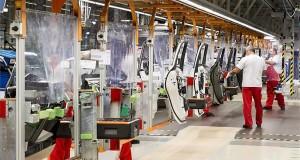 A koronavírus elleni védekezés részeként fólialapokkal elválasztott összeszerelő sor az Audi Hungaria Motor Kft. győri gyárának járműszerelő részlegében 2020. április 27-én. Ezen a napon sikeresen újraindult az Audi Hungaria járműgyártása, mind a présüzemben, karosszériaüzemben, lakkozóban és a járműszereldében. Első lépésben egy műszakban kétezer járműgyári munkatárs kezdte meg munkáját. A járműszereldében műszakonként jelenleg 250 autót gyártanak, a vállalat a termelést a következő hetekben fokozatosan szeretné felfuttatni. MTI/Krizsán Csaba