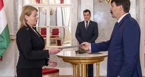 Erőss Mónika, az Országos Bírósági Hivatal (OBH) elnökhelyettese (b) átveszi kinevezési okmányát Áder jános köztársasági elnöktől a Sándor-palotában 2020. április 6-án. MTI/Szigetváry Zsolt