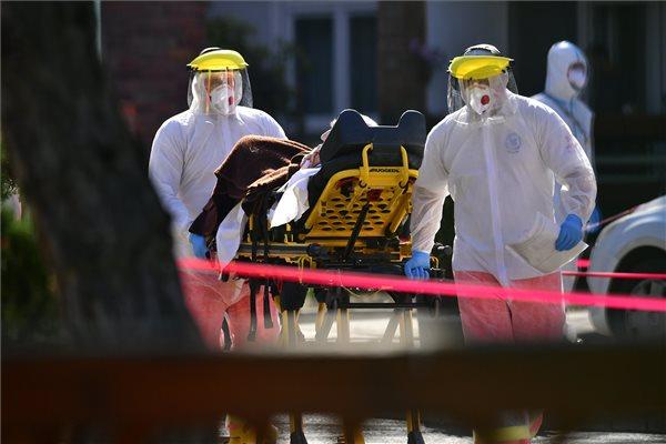 Egy lakót szállítanak el védőruhába öltözött mentők a fővárosi önkormányzat Pesti úti idősotthonából 2020. április 9-én. Immár több mint százan megfertőződtek és öten meghaltak az intézményben, jelentette be Müller Cecília országos tisztifőorvos a koronavírus-járvány elleni védekezésért felelős operatív törzs online sajtótájékoztatóján. MTI/Szigetváry Zsolt