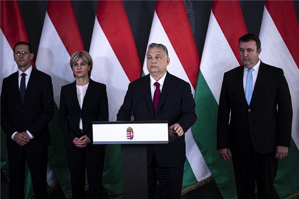 """A Miniszterelnöki Sajtóiroda által közreadott képen Orbán Viktor miniszterelnök bejelentést tesz Budapesten 2020. április 6-án. A kormányfő mögött Varga Mihály pénzügyminiszter, Mager Andrea nemzeti vagyon kezeléséért felelős miniszter és Palkovics László innovációs és technológiai miniszter (b-j). A cél az, hogy amennyi munkahelyet a vírus tönkretesz, annyi munkahelyet hozzunk létre. """"Nehéz időket élünk, de láthatják, egyetlen magyar sincs egyedül; sikerülni fog, ha vigyázunk egymásra"""" - mondta Orbán Viktor miniszterelnök. MTI/Miniszterelnöki Sajtóiroda/Fischer Zoltán"""