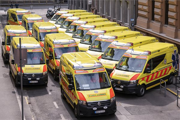 Új mentőautók a mentők napja alkalmából rendezett ünnepségen, amelyen húsz autót adtak át az Országos Mentőszolgálat (OMSZ) Markó utcai székházában 2020. május 10-én. MTI/Szigetváry Zsolt