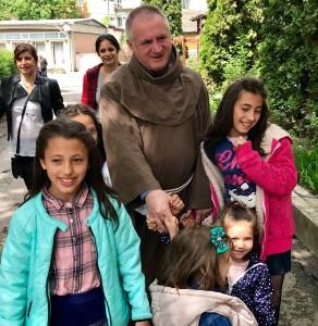 Böjte Csaba Szűz Mária segítségét kéri a bizonytalan mindennapokban 15 állomáson keresztül a Csíksomlyói Mária Kertjébe hívja az érdeklődőket