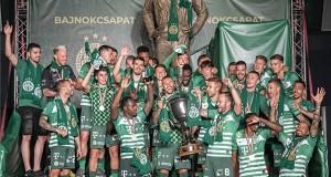 A bajnok Ferencváros labdarúgócsapatának tagjai ünnepelnek Albert Flórián szobránál, miután átvették az aranyérmet és a trófeát az OTP Bank Liga 33., utolsó fordulójában játszott Ferencvárosi TC - Mezőkövesd Zsóry FC mérkőzés utáni ünnepségen a Groupama Arénában 2020. június 27-én. A Ferencváros 31. bajnoki címét szerezte meg. MTI/Szigetváry Zsolt
