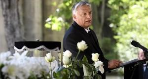 Orbán Viktor miniszterelnök beszédet mond Fekete György ravatalánál a Fiumei úti sírkertben 2020. június 23-án. Fekete György belsőépítész, iparművész, a nemzet művésze, a Magyar Művészeti Akadémia volt elnöke április 15-én hunyt el életének 88. évében. MTI/Koszticsák Szilárd