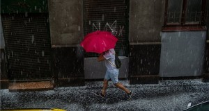 Esernyőt tartó férfi a jégesőben Budapest belvárosában 2020. június 14-én. MTI/Balogh Zoltán