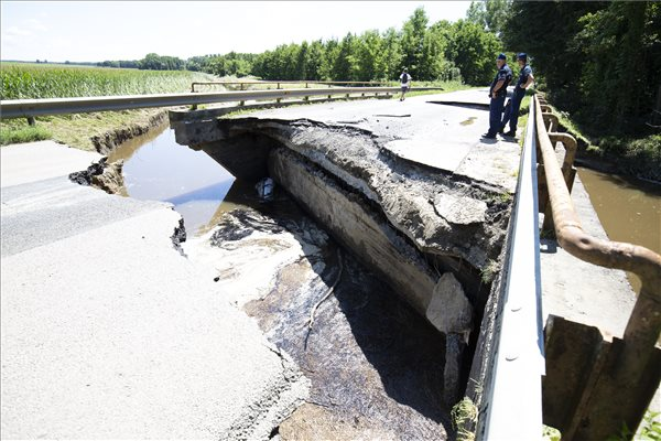 A heves esőzés miatt megáradt Rinya-patak leszakadt hídja a 68-as főút Böhönye és Segesd közötti szakaszán 2020. július 27-én. MTI/Varga György