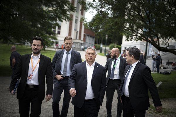 A Miniszterelnöki Sajtóiroda által közreadott képen Orbán Viktor kormányfő, miután  brüsszeli újságíróknak nyilatkozott az Európai Unió csúcstalálkozójának harmadik napján a Leopold parkban 2020. július 19-én. MTI/Miniszterelnöki Sajtóiroda/Benko Vivien Cher