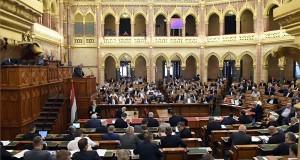Kovács Árpád, a Költségvetési Tanács elnöke felszólal (a pulpituson) a 2021-es költségvetés elfogadásáról szóló szavazáson, az Országgyűlés plenáris ülésén 2020. július 3-án. MTI/Kovács Tamás