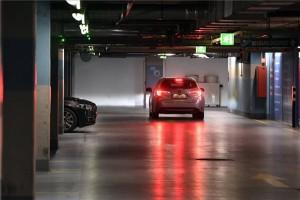 Autók az Allee bevásárlóközpont parkolóházában 2020. november 23-án. A koronavírus-járvány lassítása érdekében a kormány rendeletben kötelezi a bevásárlóközpontokat, hogy megnyissák és ingyenessé tegyék parkolóházaikat az este 7-től reggel 7 óráig tartó idősávban. MTI/Máthé Zoltán