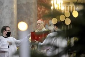 Erdő Péter bíboros, esztergom-budapesti érsek ünnepi szentmisét celebrál karácsony első napján az esztergomi bazilikában, a Nagyboldogasszony- és Szent Adalbert-főszékesegyházban 2020. december 25-én. A szertartáson a koronavírus-járvány miatt kötelező a maszk viselése és a távolságtartás. MTI/Kovács Attila