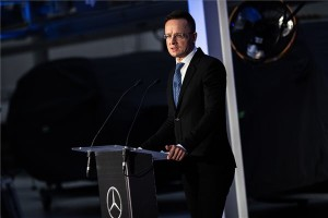 A Külgazdasági és Külügyminisztérium (KKM) által közreadott képen Szijjártó Péter külgazdasági és külügyminiszter a Mercedes kecskeméti gyárában tartott sajtótájékoztatón 2020. december 14-én. Jelentősen, újabb 50 milliárd forintos beruházással bővíti kecskeméti gyárát a Mercedes-Benz Manufacturing Hungary, a fejlesztés keretében a vállalat megkezdi Magyarországon elsőként a tisztán elektromos meghajtású autók gyártását - jelentette be a miniszter a helyszínről közvetített online sajtótájékoztatón. MTI/KKM