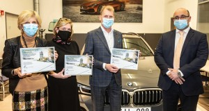 P90412985-bmw-group-supports-schools-with-it-devices-02-2021-2250px