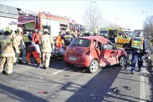 Összeroncsolódott személyautók a Ferihegyi Repülőtérre vezető úton, ahol három személyautó és egy kisteherautó ütközött össze 2021. március 3-án. A balesetben többen megsérültek. MTI/Mihádák Zoltán